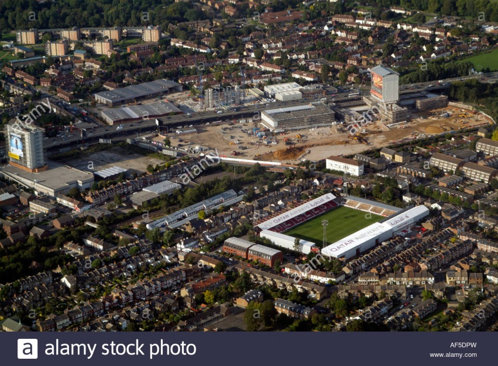 brentford-football-club-ground-and-m4-motorway-elevated-section-showing-AF5DPW